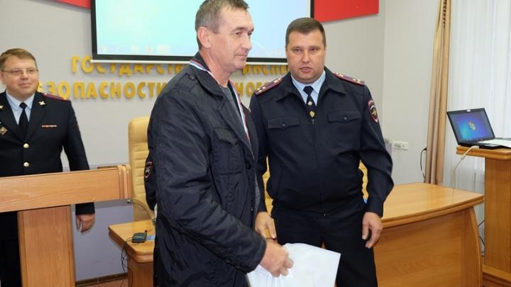 Новосибирские полицейские наградили таксиста, задержавшего машину виновников ДТП в Линёво