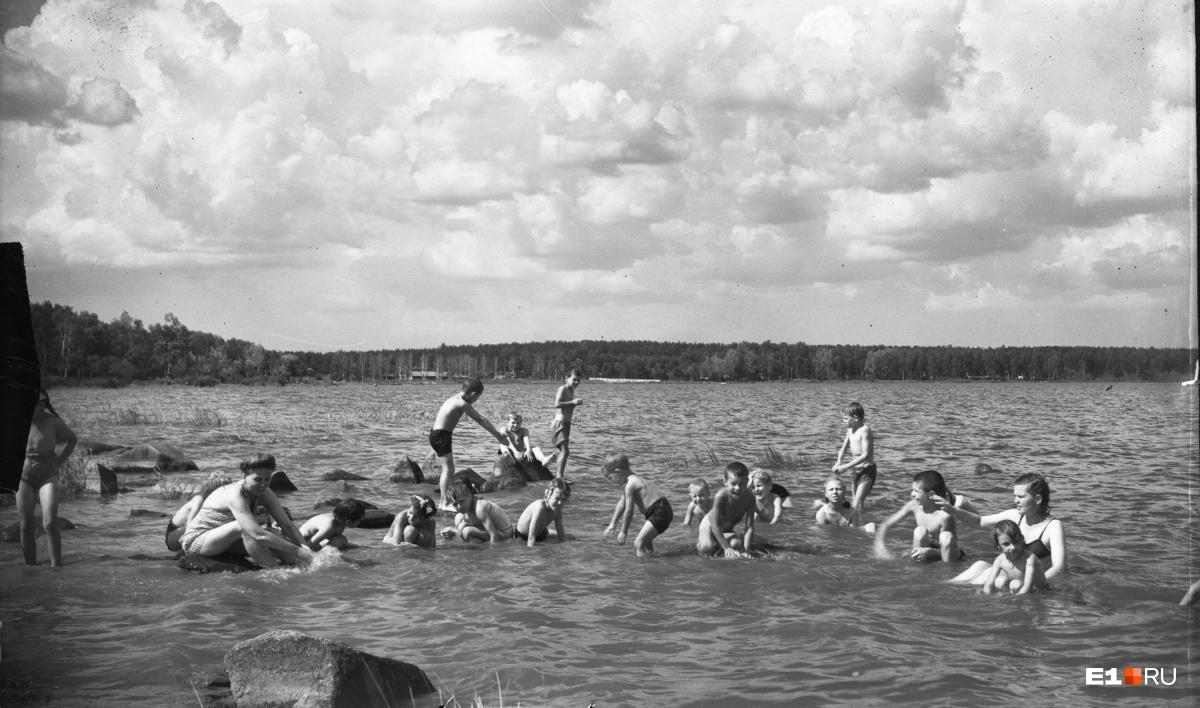 Детский отдых на озере Шарташ. 1950 год