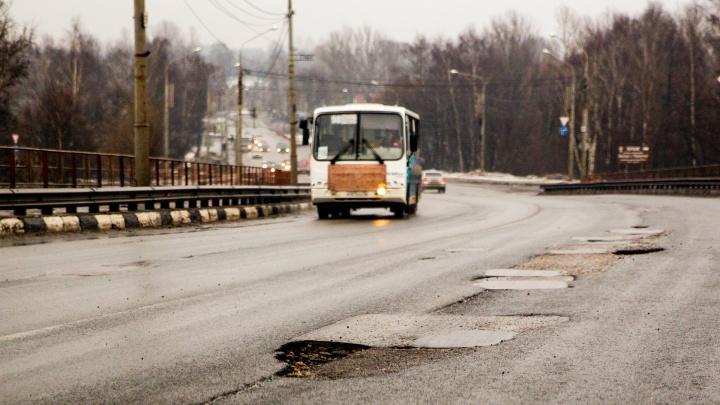 Проклятые ямы: на Октябрьском мосту развалился ремонт, сделанный месяц назад