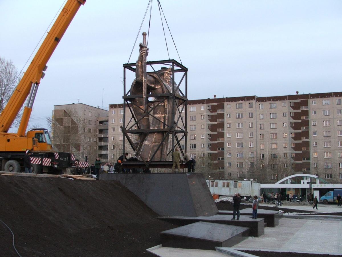 Памятник поставили на постамент прямо в каркасе