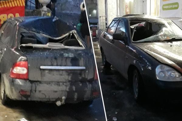 Водитель припарковал отечественную легковушку у магазина