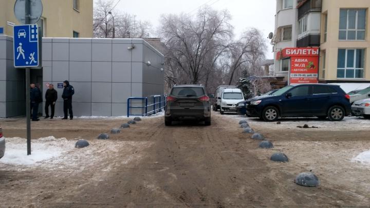 «Будут двигать на место»: улицу в центре Волгограда огородили от автохамов серыми «шишками»