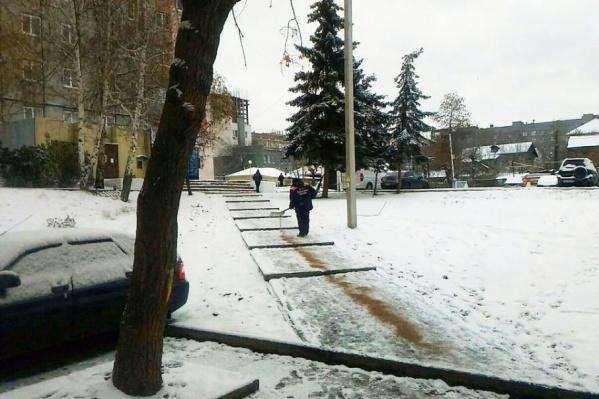 Дворники вышли на очистку пешеходных дорожек от наледи