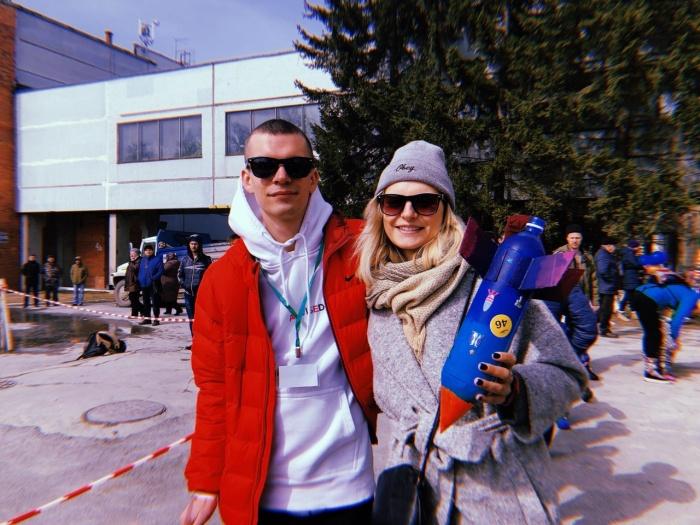Новосибирцы запустили в небо самодельные ракеты из пластиковых бутылок. На фото участники фестиваля Владислав и Александра