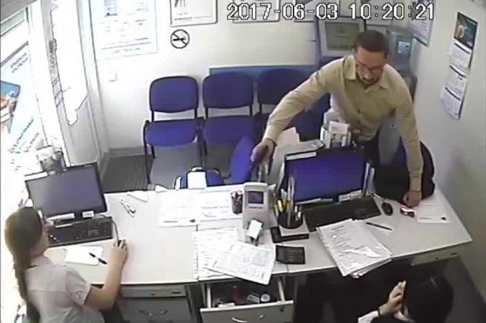 Мужчина зашёл 3 июня в два офиса микрофинансов и похитил более 58 тыс. руб.