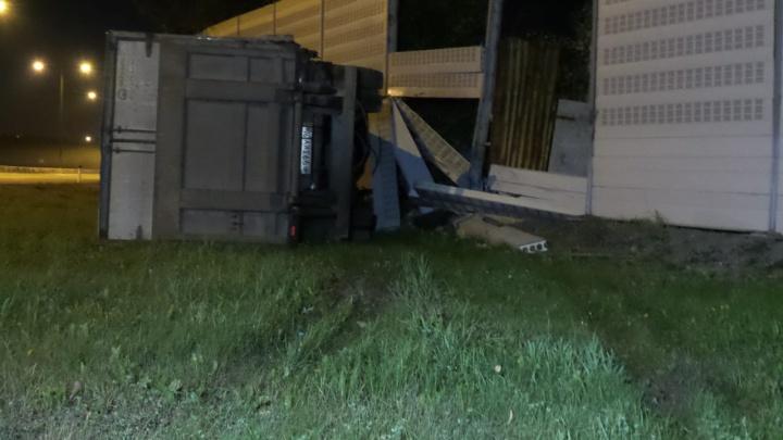 На Кольцовском тракте водитель грузовика уснул за рулём и протаранил ограждение