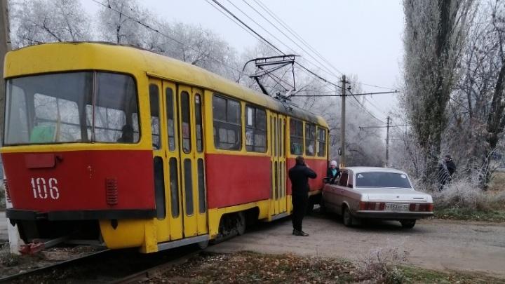 В Волжском не разъехались «Волга» и трамвай