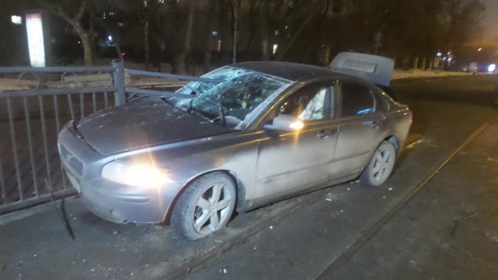 У «Дома кино» водитель Volvo налетел на ограждение, выступающее на дорогу. Машину пробило металлом