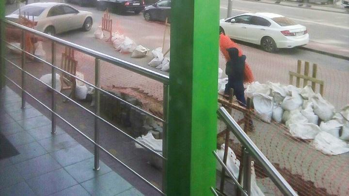 В Ростове во время рытья траншеи рабочего ударило током