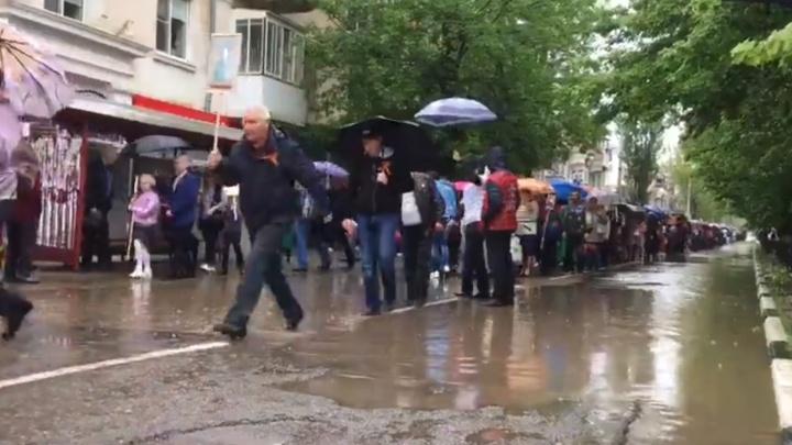 В Каменске-Шахтинском участникам «Бессмертного полка» пришлось идти по затопленным улицам