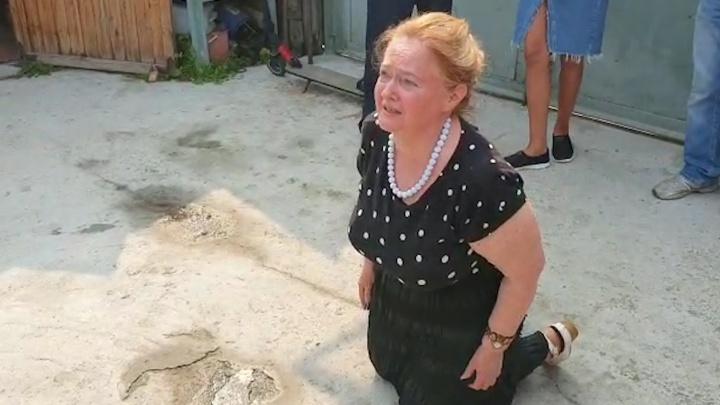 Хозяйка дома в Цыганском поселке на коленях умоляла чиновника не выселять ее семью: видео