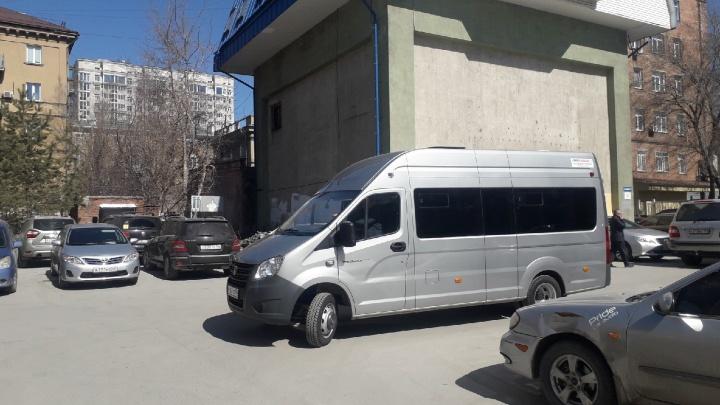 СОБР в управлении капитального строительства мэрии: силовики вынесли документы