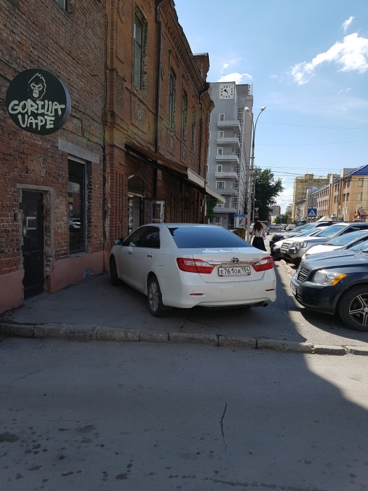 «Я паркуюсь как чудак»: в ресторан на Camry — прочь, пешеходы (фото)