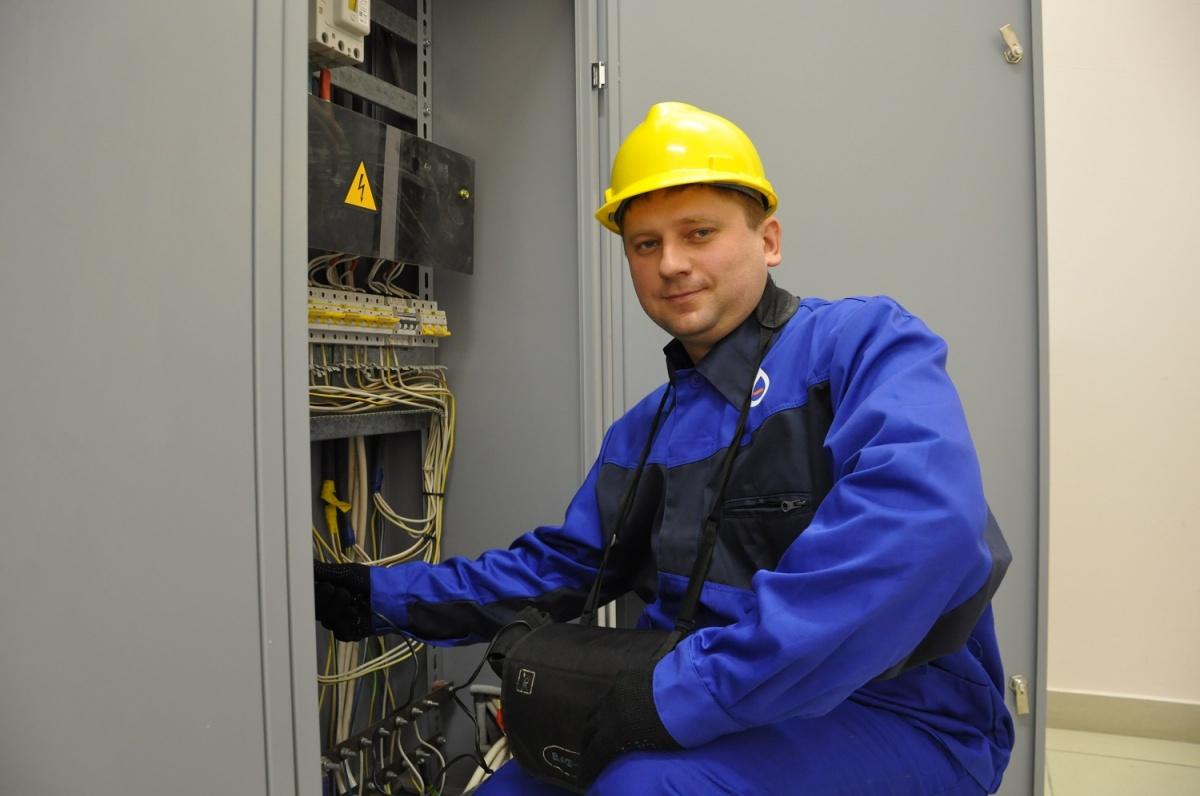 Инженер ОАО «Новосибирскэнергосбыт» Дмитрий Габидулин выполняет электромонтажные работы