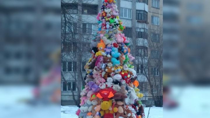 Ёлка из игрушек и снежные собаки: самые удивительные украшения детсадов Красноярска к Новому году