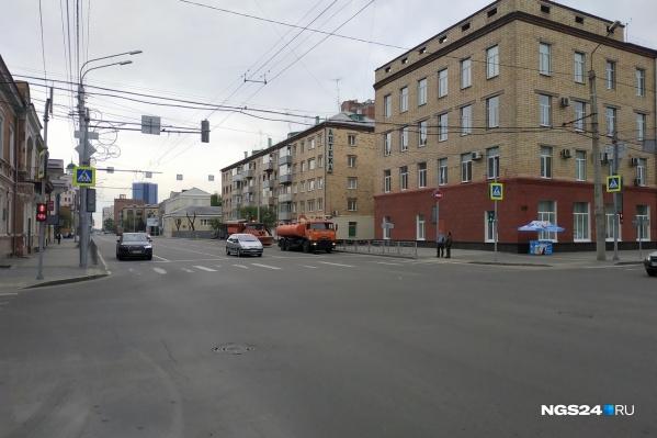 Грузовые машины уже дежурят на улице Ленина и готовы перекрывать дороги