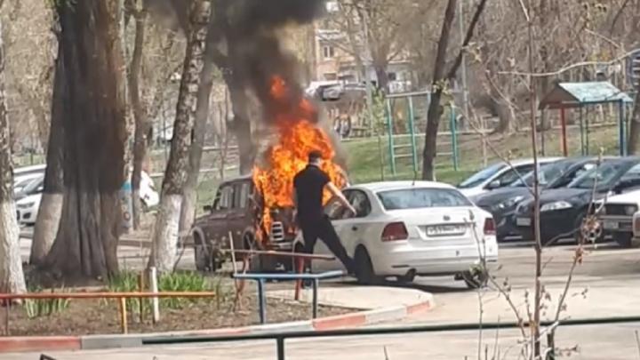 «Будто подожгли!»: на Ново-Садовой сгорела «Нива»