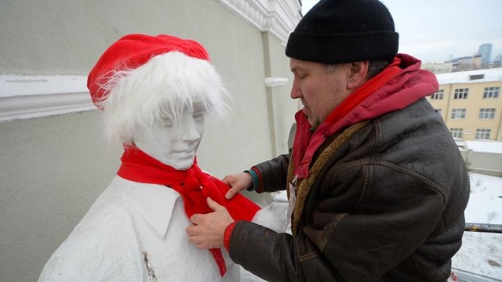 На скульптуры «Екатеринбург Арены» надели гигантские колпаки Деда Мороза