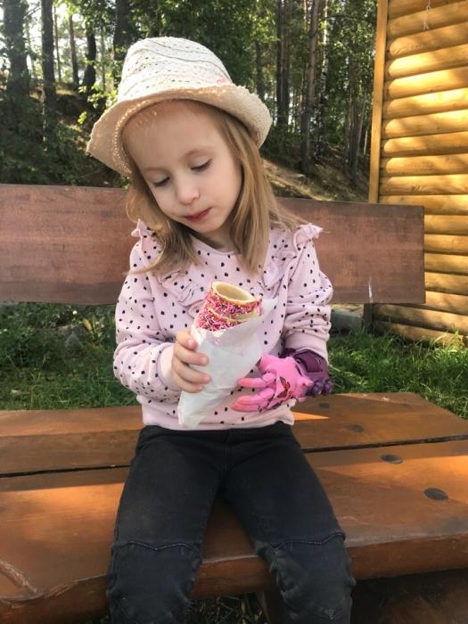 Рукой можно держать мороженое