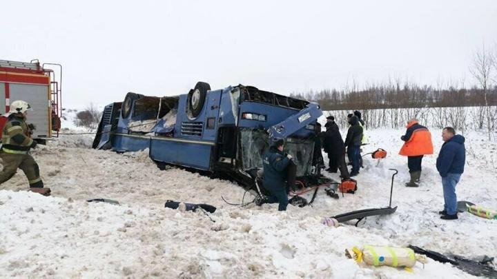 Семь человек погибли, из них трое детей: под Калугой автобус опрокинулся в кювет