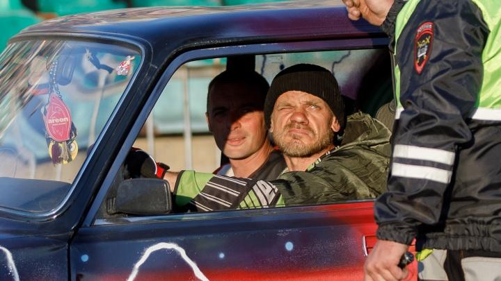 Курили, ругались матом и меняли маршрут: волгоградцы пожаловались на водителей такси и маршруток