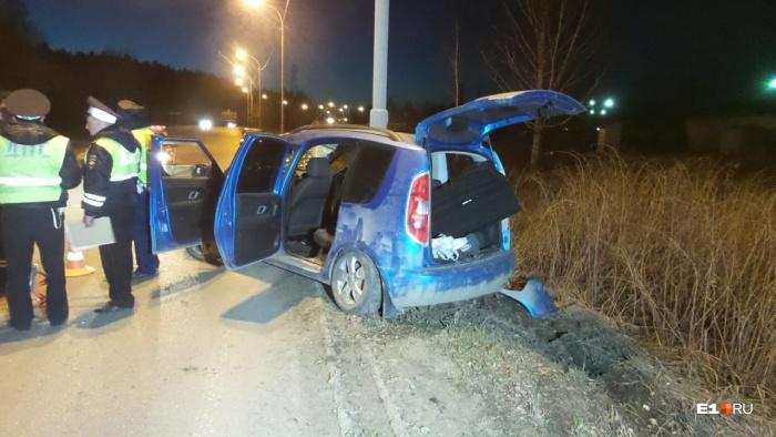 Среди повреждений машины —разбитые стекла, бампер и слетевший номер