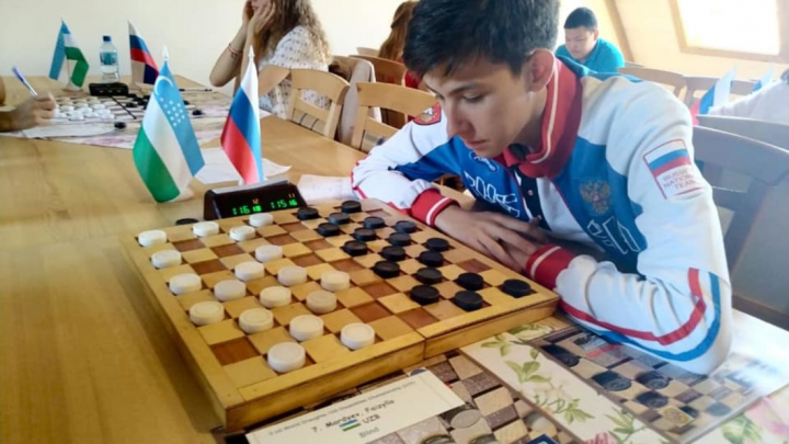«Жить по графику скучно»: история гения-инвалида, который стал чемпионом мира по шашкам