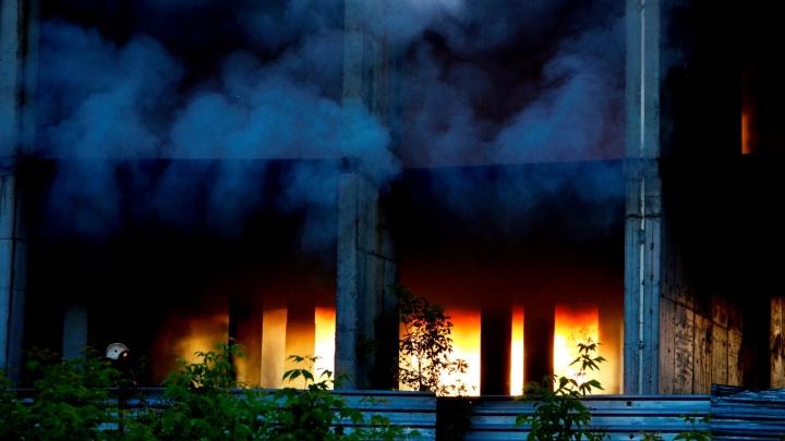 Пожарные потушили загоревшийся долгострой в Кировском районе за несколько минут