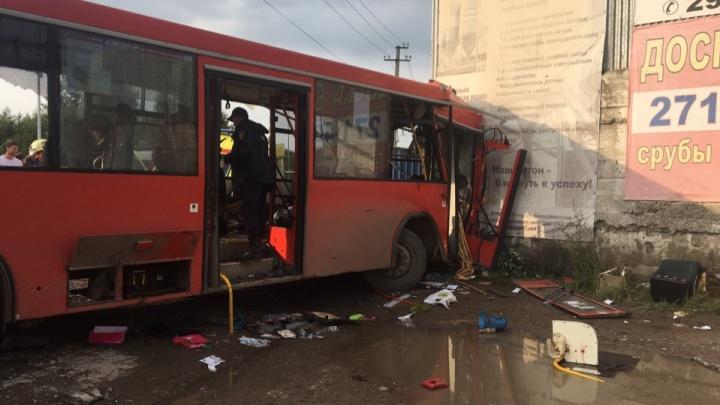 Следственный комитет возбудил уголовное дело после аварии с автобусом, который врезался в стену