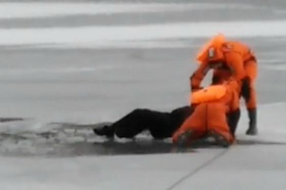 Женщина пробыла в ледяной воде 15 минут, прежде чем ее вытащили спасатели