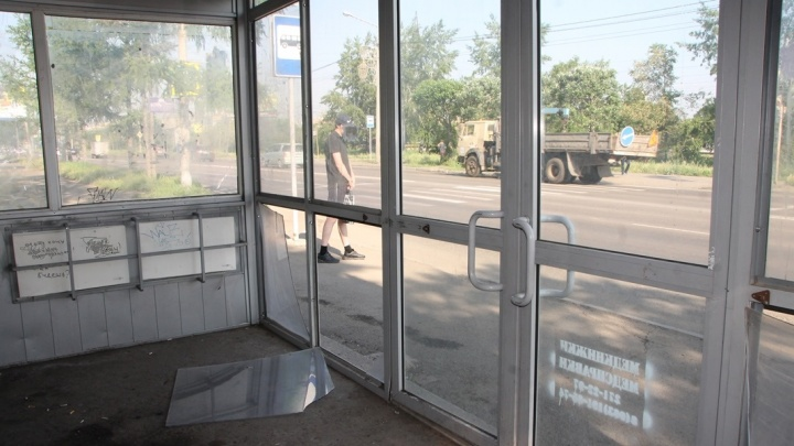 Двое школьников разбили стеклянную остановку. Отремонтируют за счет родителей