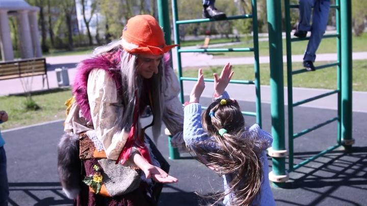 """""""Это нужно видеть!"""": бабушка на турниках развеселила посетителей парка в Екатеринбурге"""