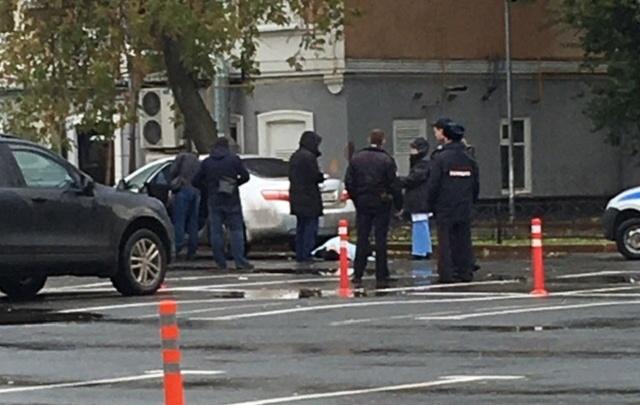 На парковке у круглосуточного кафе на Первомайской нашли мертвого мужчину
