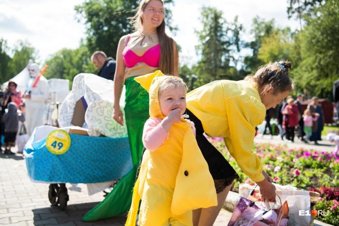 Екатеринбуржцы целыми семьями участвовали в параде колясок
