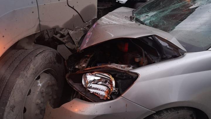 Машина вдребезги, водитель госпитализирован: на Урале Toyota врезалась в бензовоз, публикуем фото