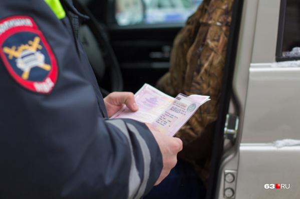 Нервная нарушительница Правил дорожного движения вызвала подозрения у сотрудников ДПС при проверке документов