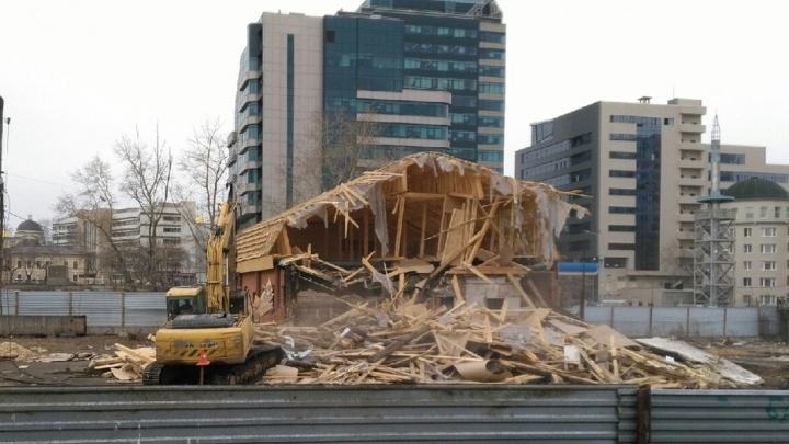 На месте будущей ледовой арены снесли дом, который пытались признать памятником