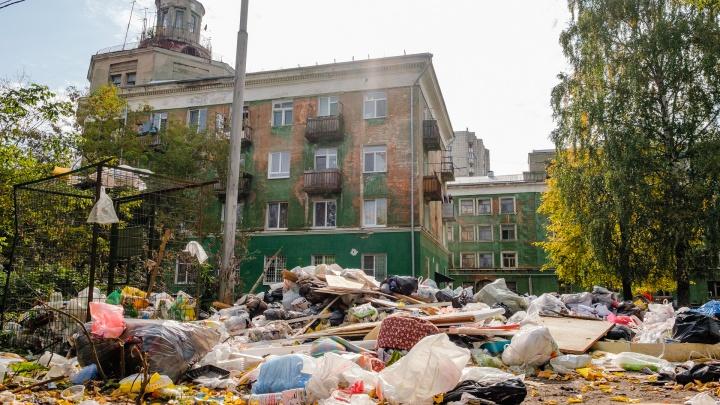 Гора пакетов, стол и кресло: в Перми около Дома грузчика образовалась стихийная свалка