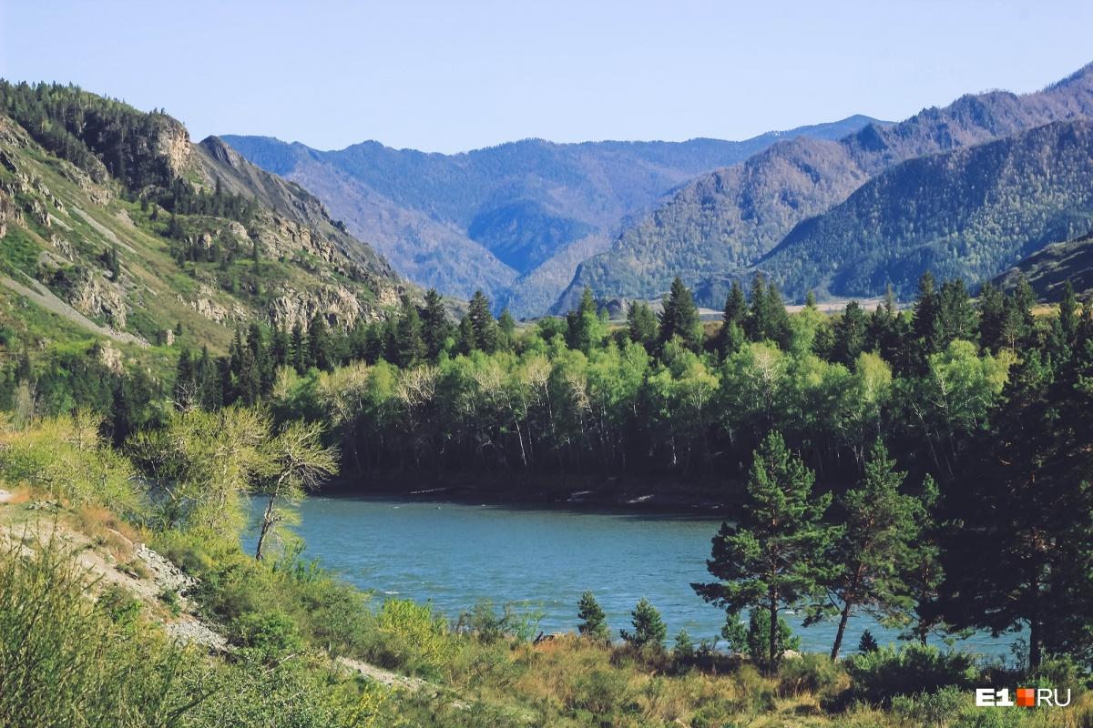 Справа — река и горы