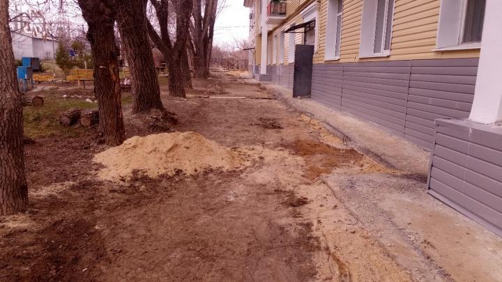 «Утонули в грязи»: после капремонта волгоградцы из довоенной двухэтажки потеряли свой асфальт