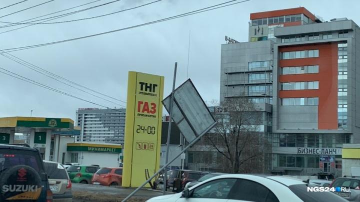 Рухнувшие столбы и крыши: последствия непогоды в Красноярске