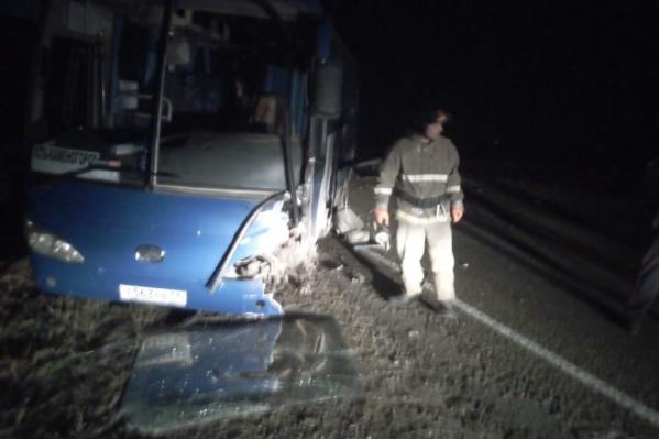 Рейсовый автобус вёз пассажиров в Казахстан, когда с ним столкнулась выехавшая на встречку легковая машина