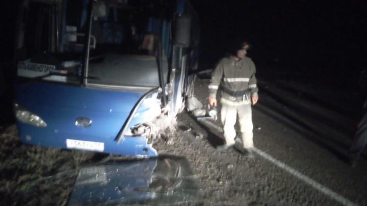 Subaru вылетела на встречку и врезалась в рейсовый автобус из Новосибирска на трассе: 2 погибших
