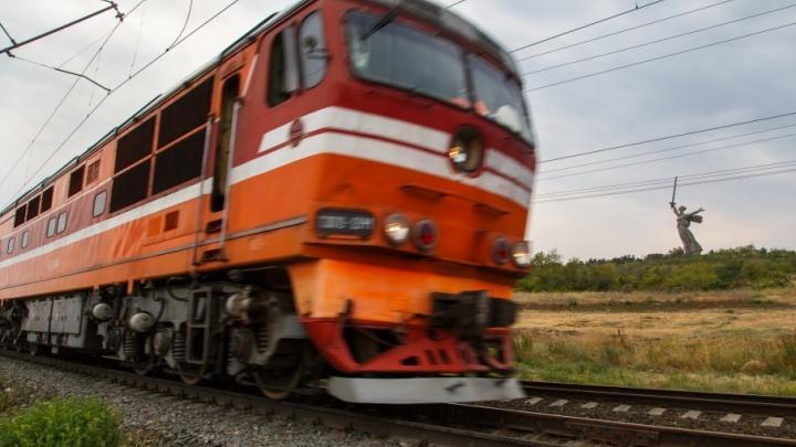 В Волгоградской области пассажирский поезд снес на путях иномарку