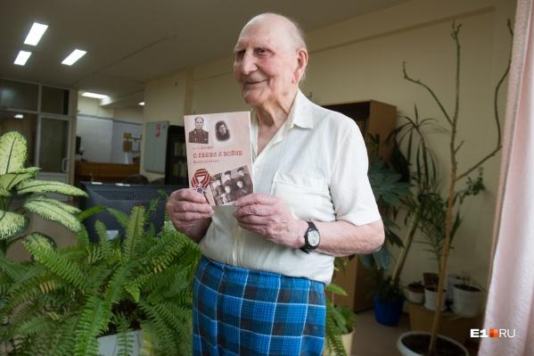 Семён Семёнович сейчас лежит в госпитале, но он всё равно согласился встретиться с нами, чтобы показать книгу