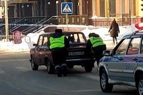 Очевидец снял на видео, как инспекторы ГИБДД толкают «шестёрку»