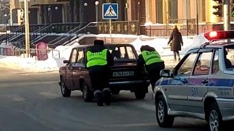 Видео: инспекторам ДПС пришлось толкать заглохшую машину в центре Новосибирска