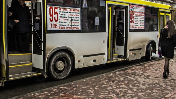 «Её пошатнуло, она упала»: пассажирку автобуса увезли на скорой