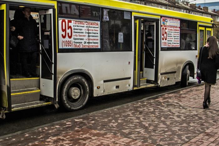 Автобус, пассажирку которого увезла скорая, больше часа стоит на остановке — инцидент необходимо оформить официально, отметили в диспетчерской