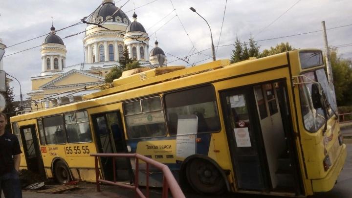 В центре Рыбинска троллейбус с пассажирами провалился в яму